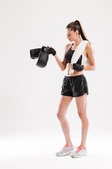 Volledig lengteportret van een jonge gezonde sportvrouw