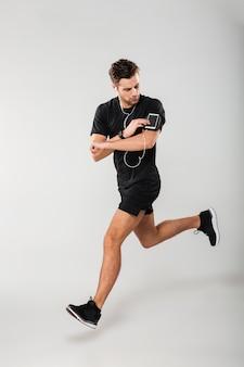 Volledig lengteportret van een knappe jonge mensenatleet