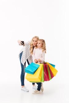 Volledig lengteportret van een moeder en haar dochtertje