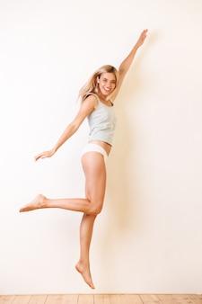 Volledig lengteportret van een mooi blondemeisje