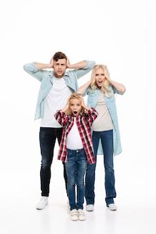 Volledig lengteportret van een ontevreden verstoorde familie