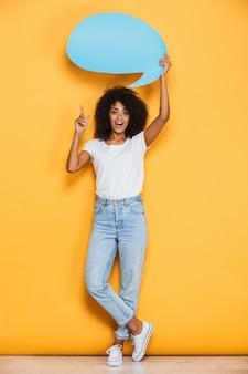 Volledig lengteportret van een opgewonden jonge afrikaanse vrouw