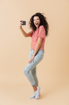 Volledig lengteportret van een opgewonden jonge vrouw