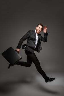 Volledig lengteportret van een opgewonden jonge zakenman