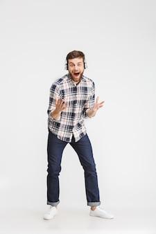 Volledig lengteportret van een opgewonden jongeman