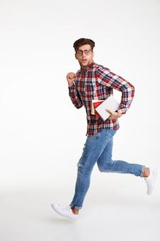 Volledig lengteportret van een verwarde jonge mannelijke student