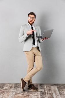 Volledig lengteportret van een verwarde zakenman