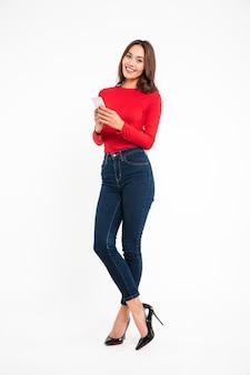 Volledig lengteportret van een vrij glimlachende aziatische vrouw