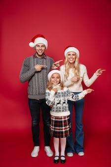 Volledig lengteportret van een vrolijk jong gezin