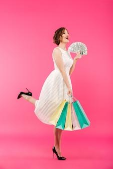 Volledig lengteportret van een vrolijk meisje gekleed in kleding