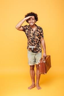 Volledig lengteportret van een vrolijke afro amerikaanse mens