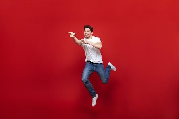 Volledig lengteportret van een vrolijke jonge mens