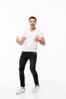 Volledig lengteportret van een vrolijke mens in witte t-shirt