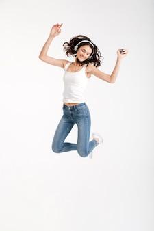 Volledig lengteportret van een vrolijke vrouw gekleed in mouwloos onderhemd