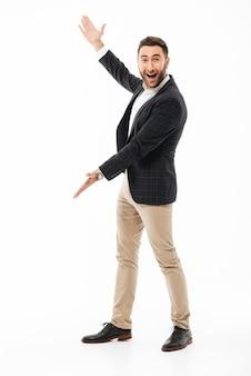 Volledig lengteportret van een vrolijke zelfverzekerde man \