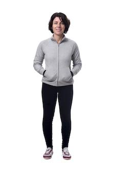 Volledig lengteportret van een vrouw met handen op zak op wit