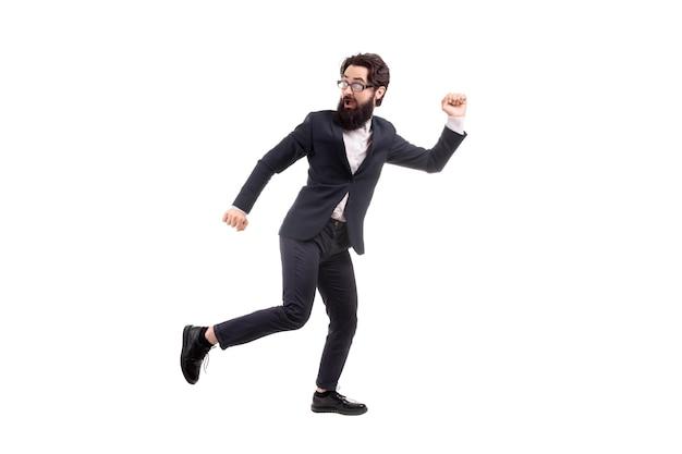 Volledig lengteportret van een weggelopen bebaarde zakenman, die op witte achtergrond wordt geïsoleerd