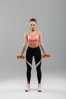 Volledig lengteportret van een zekere jonge sportenvrouw