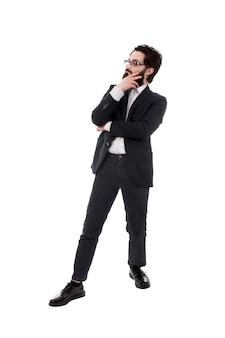 Volledig lengteportret van gebaarde peinzende die zakenman, op witte achtergrond wordt geïsoleerd