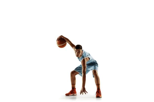 Volledig lengteportret van jonge basketbalspeler met een bal die op wit wordt geïsoleerd