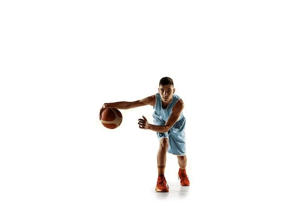 Volledig lengteportret van jonge basketbalspeler met een bal die op witte studioachtergrond wordt geïsoleerd. tiener training en oefenen in actie, beweging. concept van sport, beweging, gezonde levensstijl, advertentie.