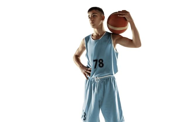 Volledig lengteportret van jonge basketbalspeler met een bal die op witte studioachtergrond wordt geïsoleerd. tiener zeker poseren met bal. concept van sport, beweging, gezonde levensstijl, advertentie, actie, beweging.