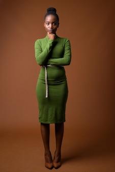 Volledig lengteportret van jonge mooie afrikaanse zoeloe-onderneemster status