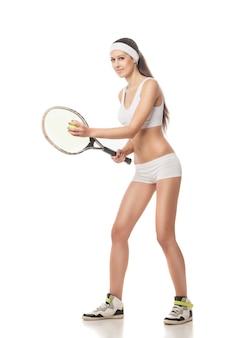 Volledig lengteportret van jonge vrouw die tennis speelt geïsoleerd op witte background