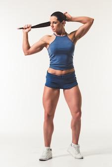 Volledig lengteportret van mooie sterke vrouw in sportkleding
