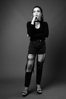 Volledig lengteportret van transgendervrouw in zwart-wit