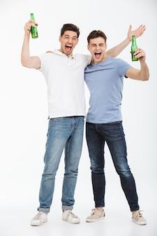 Volledig lengteportret van twee gelukkige jonge mannen