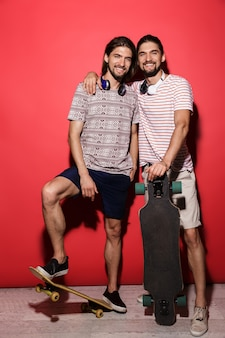 Volledig lengteportret van twee jonge glimlachende tweelingbroers