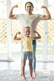 Volledig lengteportret van vader en zijn schattige kleine dochter.