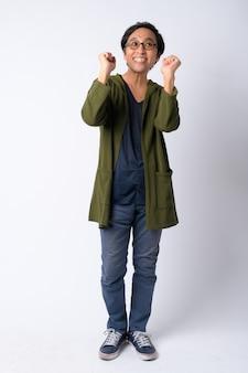 Volledig lichaam dat van gelukkige japanse mens is ontsproten die goed nieuws krijgt