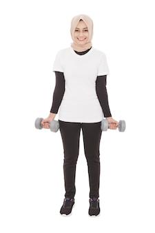 Volledig lichaamsportret van aziatische sportieve vrouwentraining die domoren gebruikt