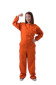 Volledig lichaamsportret van een vrouwenarbeider in werktuigkundige jumpsuit die op wit wordt geïsoleerd