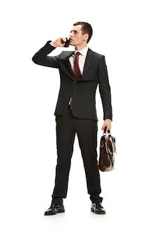 Volledig lichaamsportret van zakenman met aktentas op wit