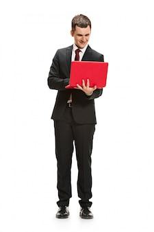 Volledig lichaamsportret van zakenman met laptop op wit