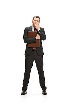 Volledig lichaamsportret van zakenman met omslag op wit