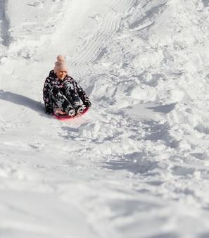 Volledig ontsproten gelukkig meisje in sneeuw in openlucht