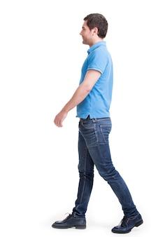 Volledig portret van de glimlachende lopende mens in rode casuals t-shirt - dat op wit wordt geïsoleerd.