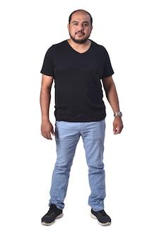 Volledig portret van een latijnse man op een witte achtergrond