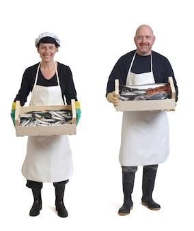 Volledig portret van een paar visverkopers met vis en zeevruchten op een witte achtergrond