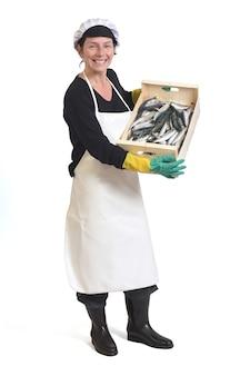 Volledig portret van een visboer met een doos sardines op een witte achtergrond, zijaanzicht