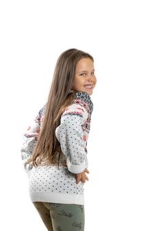 Volledig portret van meisje in witte gebreide kersttrui met rendieren die plezier hebben en dansen...