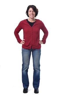 Volledig portret van staande vrouw, handen op de heup, op witte achtergrond