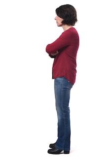 Volledig portret van vrouw zijwaarts gekruiste armen op wit