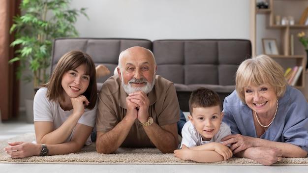Volledig schot gelukkige familie die op vloer legt