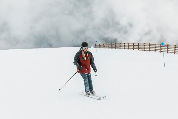 Volledig schot gelukkige vrouw skiën