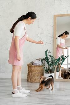 Volledig schot meisje opleiding hond
